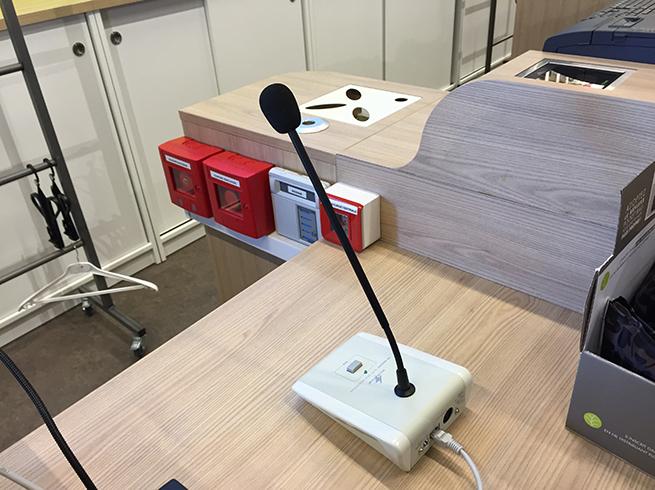 photo Microphone et bouton d'arrêt d'urgence